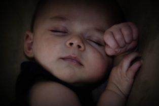 Amandine Ventadour consultante en parentalité - bébé dort